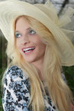 Ciérrese encima de la mujer bastante rubia que lleva a Straw Hat Imagen de archivo