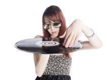 Ciérrese encima de la mujer joven que lleva a cabo un disco de vinilo Imagen de archivo