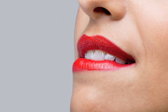 Ciérrese encima de la mujer que muerde sus labios rojos fotografía de archivo libre de regalías