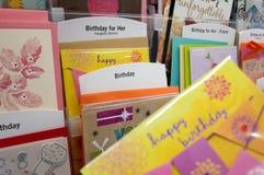 Ciérrese encima de la mujer que sostiene la tarjeta del feliz cumpleaños Foto de archivo libre de regalías
