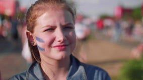 Ciérrese encima de la opinión la chica joven con la bandera argentina en mejilla metrajes