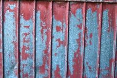 Ciérrese encima de la opinión detallada sobre la peladura de la pintura en las paredes viejas y resistidas fotografía de archivo