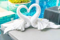 ciérrese encima de la opinión dos cisnes agradables de las toallas en cama Imagenes de archivo