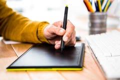 Ciérrese encima de la opinión el hombre de negocios usando gráfico de la tableta Fotos de archivo libres de regalías