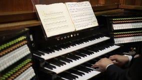 Ciérrese encima de la opinión el organista que juega el órgano metrajes