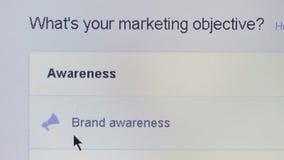 Ciérrese encima de la opinión macra un usuario que selecciona un objetivo del márketing mientras que usa los anuncios de Facebook almacen de video