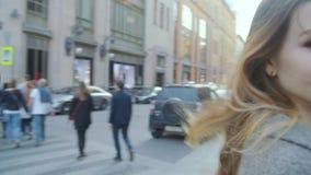 Ciérrese encima de la opinión la mujer caucásica feliz hermosa que camina en la calle almacen de metraje de vídeo
