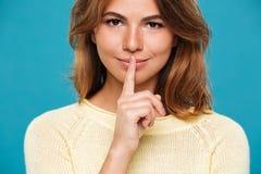 Ciérrese encima de la opinión la mujer sonriente del misterio en suéter imagen de archivo