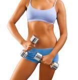 Ciérrese encima de la opinión sobre cuerpo femenino con pesas de gimnasia a disposición Imágenes de archivo libres de regalías