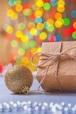 Ciérrese encima de la opinión sobre la caja de regalo del papel del vintage y el christm coloreado oro foto de archivo libre de regalías