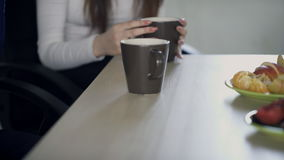 Ciérrese encima de la opinión sobre la tabla con los empleados, durante hora de la almuerzo, en sitio almacen de video