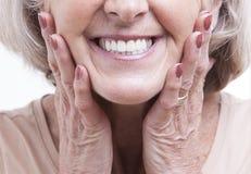 Ciérrese encima de la opinión sobre las dentaduras mayores Imagen de archivo