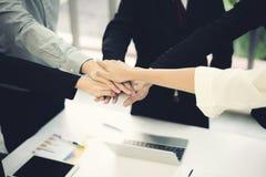 Ciérrese encima de la opinión superior los hombres de negocios jovenes que ponen sus manos juntas Pila de manos Unidad y concepto imagenes de archivo