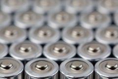 Ciérrese encima de la opinión superior sobre filas borrosas del fondo del extracto de la energía de las pilas AA de baterías Fotos de archivo