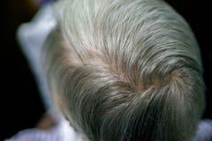 Ciérrese encima de la opinión trasera la mujer mayor con el pelo blanco imágenes de archivo libres de regalías