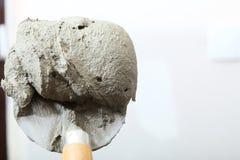Ciérrese encima de la paleta del cubo con el mortero del cemento Fotos de archivo libres de regalías