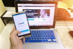 Ciérrese encima de la pantalla en una mano del hombre que lleva a cabo la captura de pantalla de androide fotografía de archivo