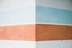 Ciérrese encima de la pared con los modelos geométricos coloreados Fotos de archivo libres de regalías