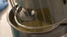 Ciérrese encima de la pasta de amasamiento del mezclador automático en bakeryhouse metrajes