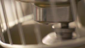Ciérrese encima de la pasta de mezcla y de amasamiento en mezclador automático en cocina de la panadería almacen de video