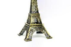 Ciérrese encima de la pieza de la arquitectura del modelo de la torre Eiffel aislada en el fondo blanco fotos de archivo libres de regalías