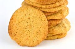 Ciérrese encima de la pila de galletas de mantequilla hechas en casa de cacahuete con una que descansa contra él fotos de archivo
