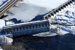 Ciérrese encima de la presa hidroeléctrica aérea del invierno Foto de archivo