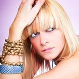 Ciérrese encima de la presentación blondy hermosa joven Fotos de archivo libres de regalías