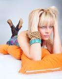 Ciérrese encima de la presentación blondy hermosa joven Fotos de archivo