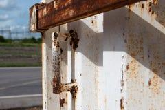 Ciérrese encima de la puerta de acero vieja de la manija del envase Imágenes de archivo libres de regalías