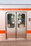 Ciérrese encima de la puerta de la parada del tren en la estación imagen de archivo libre de regalías