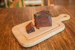 Ciérrese encima de la rebanada de torta de chocolate en la tabla de madera Fotos de archivo libres de regalías