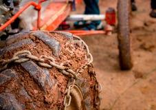 Ciérrese encima de la rueda pesada del camión de la suciedad del neumático de coche del camino con la cadena o Imagenes de archivo
