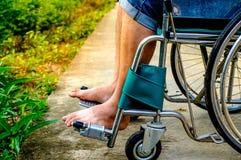 Ciérrese encima de la silla de ruedas discapacitada imagenes de archivo