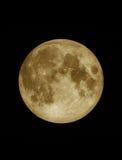 Ciérrese encima de la superficie texturizada de la Luna Llena amarilla Imagen de archivo