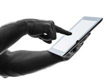 Ciérrese encima de la tableta digital de la pantalla táctil del hombre de las manos Fotografía de archivo