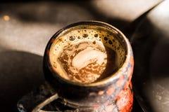 Ciérrese encima de la taza del vintage con café Fotografía de archivo libre de regalías