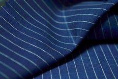 Ciérrese encima de la tela azul marino del traje Imagen de archivo libre de regalías