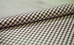 Ciérrese encima de la tela del modelo de scott del marrón del rollo de la camisa Imagen de archivo