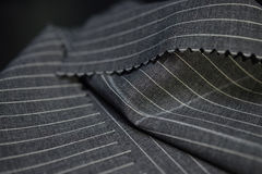 Ciérrese encima de la tela gris oscuro del traje Fotografía de archivo