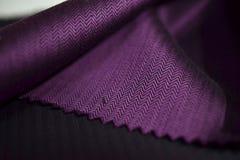 Ciérrese encima de la tela púrpura de la camisa Fotos de archivo