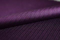 Ciérrese encima de la tela púrpura del rollo de la camisa Fotos de archivo