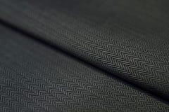 Ciérrese encima de la tela texturizada negro de la camisa Imágenes de archivo libres de regalías