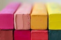 Ciérrese encima de la tiza multicolora para el fondo Foto de archivo