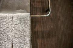 Ciérrese encima de la toalla de sequía en el carril en cuarto de baño fotos de archivo