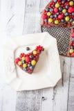 Ciérrese encima de la torta con las frutas del bosque Imagen de archivo