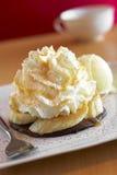 Ciérrese encima de la torta y de la crema del plátano Imágenes de archivo libres de regalías