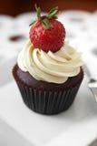 Ciérrese encima de la torta y de la fresa de la taza del chocolate Imagen de archivo