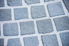 Ciérrese encima de la trayectoria áspera vieja de la piedra del adoquín Foto de archivo libre de regalías
