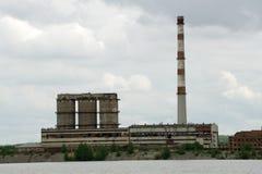 Ciérrese encima de la visión industrial en la zona de la industria de la forma de la planta de la refinería de petróleo con salid imagen de archivo
